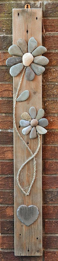 20 Creative Outdoor Wall Decor Ideas Cool thing to do with our special rocks so they can be displayed! The post 20 Creative Outdoor Wall Decor Ideas appeared first on Outdoor Diy. Stone Crafts, Rock Crafts, Diy And Crafts, Arts And Crafts, Beach Crafts, Crafts With Rocks, Art Pierre, Deco Nature, Art Diy