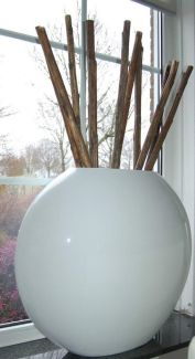 XXL Bloempot Bonaire big white 75 cm VTW De Bonaire is een een prachtige grote ovale pot. Verkrijgbaar in 2 maten. Het gebruikte materiaal is Fiberstone (mengsel van polyester, gemalen graniet en fiberglas), dit maakt de pot supersterk en niet zwaar, maar zorgt wel voor een natuurlijke uitstraling. De schitterende glanslaag ontstaat door bewerking met meerdere lagen verf. Deze glanslaag geeft de potten een zeer exclusieve en trendy uitstraling. Lichtgewicht en vorstbestendig. De gehele...