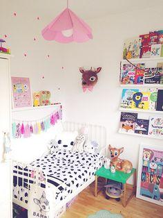 Wat een prachtig kamertje! Mooi dit wit met zwarte dekbedovertrek in een meiden kamer! Die lieve bambilamp koop je natuurlijk via www.dreumesenzo.nl