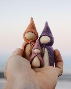 DIY stick sets and bespoke dolls. DIY stick sets and bespoke dolls. Waldorf Steiner Klüngel pearl illustration # Crafts for children # Crafts for children's Christmas - Wood Peg Dolls, Wood Toys, Felt Diy, Felt Crafts, Waldorf Crafts, Diy Waldorf Toys, Diy Bebe, Toddler Gifts, Kids Gifts