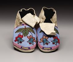 Native American Moccasins, Native American Regalia, Native American Photos, Native American Beadwork, American Indian Art, Native Beadwork, Crow Indians, Cowboys And Indians, Beaded Moccasins