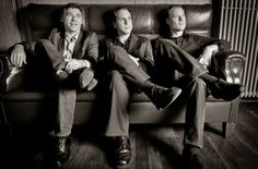 O organ trio formado por Larry Goldings, Peter Bernstein e Bill Stewart já grava junto há mais de duas décadas, com uma ampla discografia, e a sintonia que esses caras tem juntos é algo impressionante, vai além da Música.