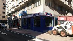 Vista lateral. Tienda Tien 21 en Cangas do Morrazo... Rótulo luminoso y fachada en aluminio composite.