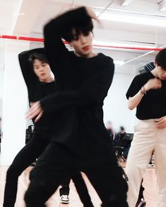 Animated gif shared by ɢᴏʟᴅᴇɴ ɪᴅᴏʟ⁷. Find images and videos about gif, bts and jungkook on We Heart It - the app to get lost in what you love. Foto Bts, Jimin Jungkook, Bts Taehyung, Bts Bangtan Boy, Jin, Rapper, Jeongguk Jeon, Bts Maknae Line, V Bts Wallpaper