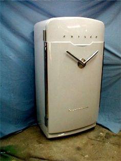 Vintage Fridge for the garage. Vintage Soul, Retro Vintage, Vintage Items, Vintage Fridge, Vintage Kitchen, Antique Stove, Or Antique, Vintage Refrigerator, Old Stove