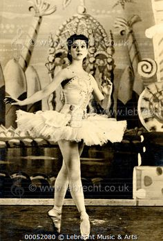 Young Margot Fonteyn early / Young Margot Fonteyn early in her career as the Sugar Plum Fairy in Tchaikovsky's 'Nutcracker', act II, choreography by Ivanov and libretto by Petipa. British ballerina, 1919-1991. Postcard. / Lebrecht Music & Arts