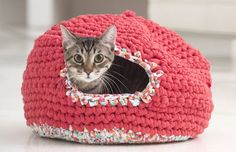 Tuto crochet facile : Et si on se faisait un petit igloo à chat ? Chat Crochet, Crochet Diy, Crochet Gifts, Crochet Hooks, Crochet Cat Beds, Knitting Wool, Knitting Patterns, Crochet Patterns, Cat Cave Crochet Pattern