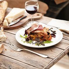 Gratin van gegrilde aubergines met Italiaanse ham. Alle geuren uit het Middellandse Zeegebied zijn verenigd in deze smakelijke gratin van Italiaanse oorsprong // Gratin d'aubergines grillées au jambon italien. Tous les parfums du Sud sont concentrés dans ce délicieux gratin d'origine italienne
