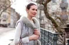 Outfitpost: Fellweste / Fur vest: Kopenhagen by Andersen | Pullover: Mrs & Hugs | Hose / leggins: Bloom | Sneaker: Lanvin | Tasche / bag: Michael Kors - Foto 03