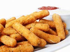 Quince recetas fáciles para gente sin tiempo Palitos de mozzarella  Un entrante que te quitarán de las manos. Compra mozzarella en taco y córtala en bastoncitos. Bate un huevo y pasa los bastoncitos de mozzarella por él. En otro plato sirve pan rallado con perejil y saltea con ajo en polvo. Reboza tus bastoncitos y fríelos en aceite muy caliente. Puedes dipear con ellos con cualquier salsa que se te ocurra, de tomate, guacamole...