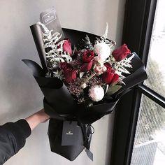 : 나는 졸업식때 엄청 촌시려운 노란망사 포장의 노란 후레지아 들고 좋다고 웃고있던데 그땐 그게 유행이였겠지 (´・ʖ̫・`) . . #꽃다발#미니다발#드라이플라워#플로리스트#일상 #플라워레슨#플라워클래스 #vanessflower#flowershop#flowercafe#handtied #dryflower#florist#daily#flowerclass
