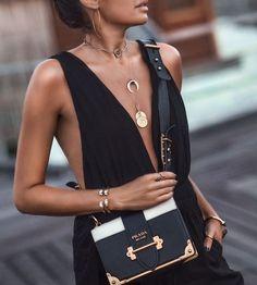 Crossbody bag | Black | Gold | Inspo | More on fashionchick.nl