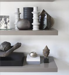 Great shelf colour and vignette. Kelly Hoppen