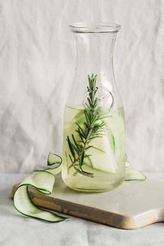 Cucumber Green Apple Rosemary Detox Water for Workouts - Detox DIY Infused Water Recipes, Fruit Infused Water, Rosemary Water, Apple Water, Digestive Detox, Detox Organics, Water Aesthetic, Body Detoxification, Lemon Diet