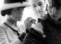 French fashion designer Coco Chanel photographed by Douglas Kirkland for Look magazine in Paris, Central Saint Martins, Fashion Week, Fashion Photo, Fashion Tips, Fashion Design, Womens Fashion, Brigitte Bardot, Vanity Fair, Vogue Paris
