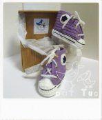 Para vestir los delicados pies del bebé,he adaptado este conocidísimo modelo de calzado deportivo. Hecho a ganchillo, dos tallas a elegir. 0-3 meses: largo aproximado 9 cms. 6-9 meses: largo aprox...