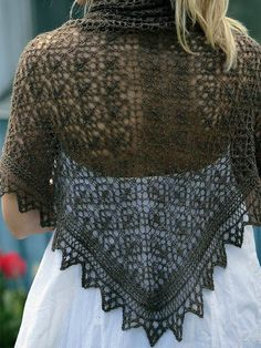free pattern in Danish Crochet Triangle, Triangle Scarf, Crochet Dolls Free Patterns, Knitting Patterns Free, Shawl Patterns, Lace Patterns, Knitted Poncho, Knitted Shawls, Tricot