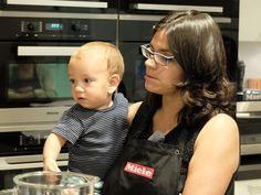 Taller de cocina anticáncer con Odile Fernández   Odile con su hijo Iker de 13 meses