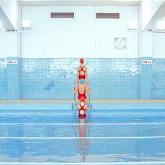 A la piscina con Maria Svarbova | La Bici Azul: Blog de decoración, tendencias, DIY, recetas y arte