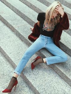 The fishnet socks are giving this outfit life Trend Fashion, Grunge Fashion, 70s Fashion, Star Fashion, Fashion Outfits, Fishnet And Jeans, Fishnet Socks, Fishnet Stockings, Looks Street Style