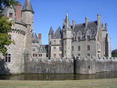 Chateau Medieval, Medieval Castle, Unique Buildings, Beautiful Buildings, French Castles, Castle Ruins, Beautiful Castles, French Chateau, Paisajes