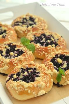 Blueberry Buns - Drożdżówki z jagodami i kruszonką - Delicious Time Polish Desserts, Bread Bun, 20 Min, Muffin Recipes, Bread Baking, Doughnut, Food Inspiration, Sushi, Blueberry