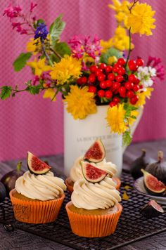 Coffe cupcakes with figs and toffee cream cheese