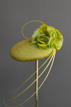 Edwina Ibbotson A medium pinokpok button disc, trimmed with handmade silk roses and curled ostrich quills, which dramatically sweep across the face.