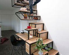 スペースを最大限に活用した書斎デスク&階段。十分なスペースで作業に困らないどころか、インテリアを並べたり楽しむことができて、実用的。いくつもの機能をこの小さなスペースに完備したハイブリット型の家具をご紹介します。