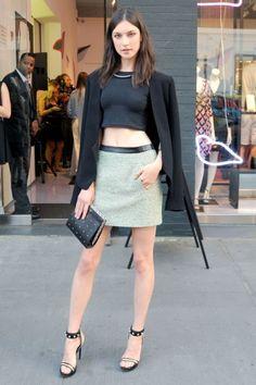 Jacquelyn Jablonski bij de DvF accessoire-winkel in New York in een cropped top met zwart jacquet.