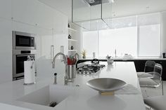 Goodbye, Glossy Cabinets - These Are The Worst Kitchen Trends Of All Time - Lonny Glossy Kitchen, Big Kitchen, Kitchen Decor, Two Tone Cabinets, Kitchen Cabinets, Kitchen Trends, Kitchen Ideas, Home Hacks, Kitchen Flooring