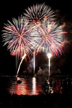 Watch fireworks over lake tahoe on the fourth of july photo credit amazing imagery by kurtis rix How To Draw Fireworks, Disney Fireworks, Fireworks Background, 4th Of July Fireworks, Diwali Fireworks, Sparklers Fireworks, Independence Day Fireworks, Wedding Fireworks, Fireworks Quotes