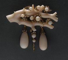 Spilla Impero, corallo bianco, diamanti e perle di corallo