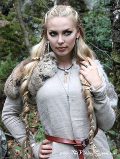 The Viking Queen for RockLove Jewelry Viking Shield Maiden, Viking Queen, Viking Woman, Viking Art, Viking Braids, Viking Culture, Medieval Costume, Medieval Hair, Larp Costumes