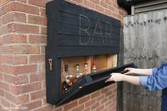 How to DIY a light-up outdoor bar using pallets & solar fairy lights Wie man aus Paletten eine beleu Unique Home Decor, Home Decor Items, Palet Bar, Outdoor Pallet Bar, Solar Fairy Lights, Outside Bars, Shelving Design, Wood Projects For Beginners, Outdoor Kitchen Design