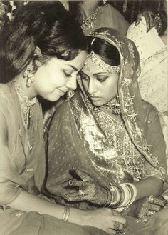 Jaya Bhaduri accompanied by her friend and actress Farida Jalal on the occasion of Jaya's wedding to Amitabh Bachchan. Bollywood Stars, Bollywood Cinema, Indian Bollywood, Bollywood Actress, Sai Baba Pictures, Rare Pictures, Rare Photos, Old Film Stars, Movie Stars