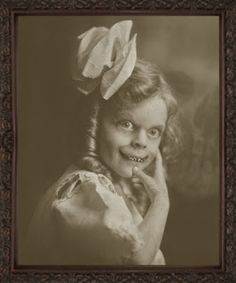 This little girl must have been a hit on Halloween. Seriously freaky looking. Creepy Old Photos, Creepy Pictures, Old Pictures, Ghost Photos, Halloween Photos, Creepy Halloween, Vintage Halloween, Arte Horror, Horror Art