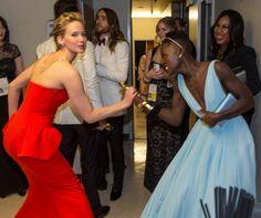 Pin for Later: Diese Oscars-Fotos bringen euch garantiert zum Lachen Jennifer Lawrence alberte Backstage mit Lupita Nyong'o herum.