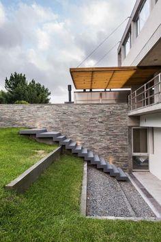aménagement extérieur sur pente: muret et escalier en béton