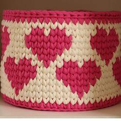 Yapmak isteyenler sayıları belli zorlanmadan yapabilirsiniz 👌👌 ( ・・・ Bom dia com esse lindão de corações! Diy Crochet Basket, Crochet Box, Crochet Basket Pattern, Knit Basket, Crochet Gifts, Crochet Yarn, Crochet Patterns, Quilting Patterns, Yarn Projects