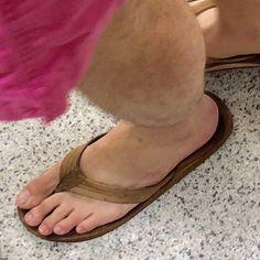 Mens Beach Shoes, Barefoot Men, Mens Flip Flops, Mode Masculine, Female Feet, Hairy Men, Male Beauty, Sexy Feet, Beautiful Men