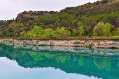 Piedra y agua | Stone & water  Barrera lateral de la laguna Lengua.  Parque Natural de las Lagunas de Ruidera #nature #photography