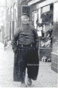 Frederik Schokker (Grote Frerik) 1855-1937. Gehuwd in 1879 met Jansie Tuijp (1858-1931). 3 Zoons en 4 dochters. Eerste 3 kinderen overleden als baby. Ten einde raad gingen ze naar pastoor om te vragen wat zij moesten doen. Pastoor stelde voor om huwelijk opnieuw in te zegenen met alle plechtigheden die daar bij hoorden, maar zonder aanwezigheid van familie en kennissen. Dit gebeurde en er werden nog 5 kinderen geboren van wie er toch nog 1 als baby overleed.  #NoordHolland #Volendam