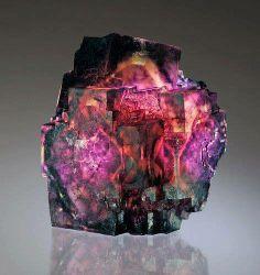 La Fluorita es una sal (halogenuro) formada por Flúor y Calcio. Cristaliza en el sistema cubico aunque los cristales octagonales son los más comunes.