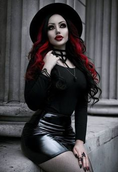 Top Gothic Fashion Tips To Keep You In Style. As trends change, and you age, be willing to alter your style so that you can always look your best. Consistently using good gothic fashion sense can help Hot Goth Girls, Gothic Girls, Goth Beauty, Dark Beauty, Steam Punk, Goth Model, Estilo Rock, Vampire, Sexy Latex