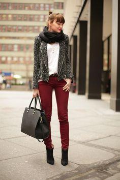 pantalones bordo y sweater gris