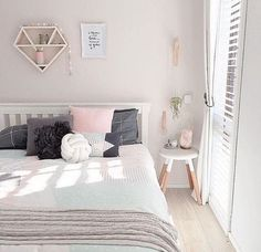 Cool 33+ Awesome White And Pastel Bedroom Design Ideas To Sleep Better https://freshouz.com/33-awesome-white-and-pastel-bedroom-design-ideas-to-sleep-better/