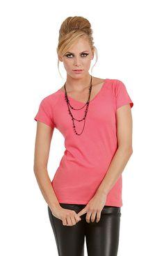 Dames t-shirt met V-hals en korte mouwen    - 100% ringgesponnen gekamd katoen  - grammage: 145 g/m2  - ook verkrijgbaar in een heren model  - single jersey  - medium fit