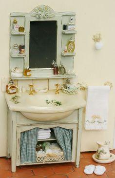 Ideas victorian furniture diy ideas for 2019 Vitrine Miniature, Miniature Rooms, Miniature Houses, Miniature Furniture, Dollhouse Furniture, Victorian Dollhouse, Diy Dollhouse, Dollhouse Miniatures, Accessoires Barbie