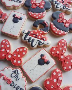 Cookies Decorados, Galletas Cookies, Iced Cookies, Sugar Cookies, Mickey Mouse 1st Birthday, Mickey Y Minnie, Disney Birthday, Minnie Mouse Cookies, Disney Cookies